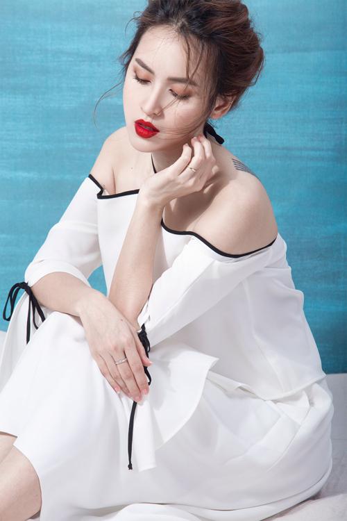 Sự kết hợp hài hoà của những đường viền đen tạo dải nơ hay chi thiết cổ yếm đã mang đến nét chấm phá mới cho phong cách váy khoe vai gầy.