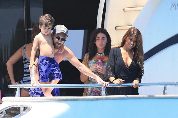Lionel Messi cùng người yêu lâu năm Antonella đưa hai cậu con trai là Thiago và Matteo tới Ibiza nghỉ mát xả hơi. Cặp đôi đi cùng một vài người bạn thân thiết.