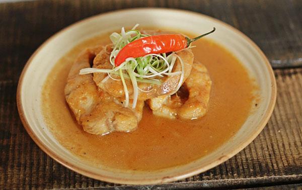 Khác với món cá lóc kho tộ truyền thống, cá lóc kho cà chua có vị chua chua và thời gian kho cũng sẽ rút ngắn hơn nhưng cá vẫn đậm đà thơm ngon.