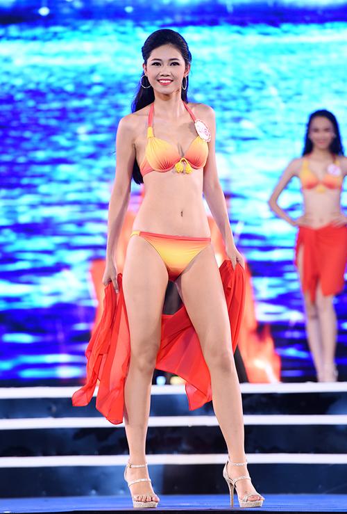 top-18-hoa-hau-viet-nam-phia-bac-khoe-duong-cong-voi-bikini-1