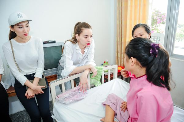 Sau buổi trao học bỗng, Hồ Ngọc Hà tiếp tục dắt 5 học trò của mình đến bệnh viện Tâm Đức thăm 2 trong số 5 trẻ em mà Hồ Ngọc Hà và team của mình tài trợ kinh phí mổ tim trong chương trình Hiểu về trái tim