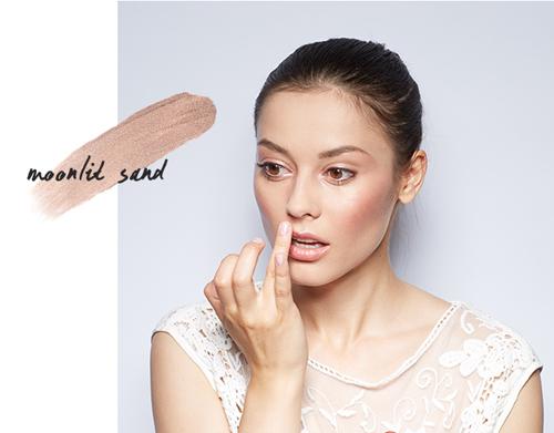 Màu nâu cát dùng cho môi thay cho son nude.