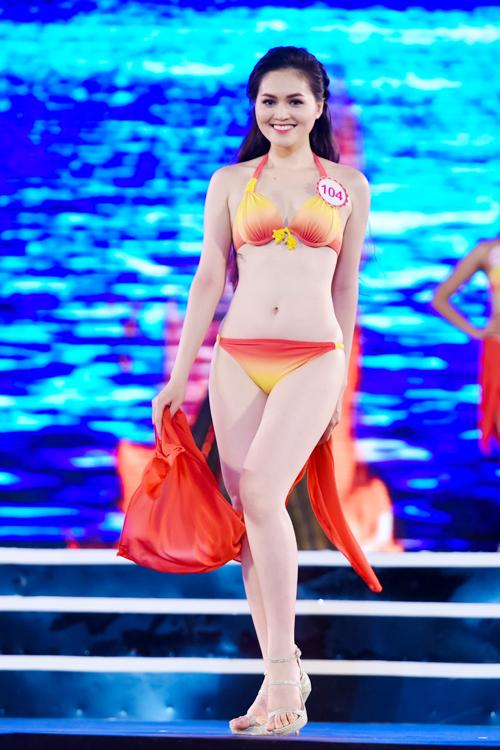 top-18-hoa-hau-viet-nam-phia-bac-khoe-duong-cong-voi-bikini-2