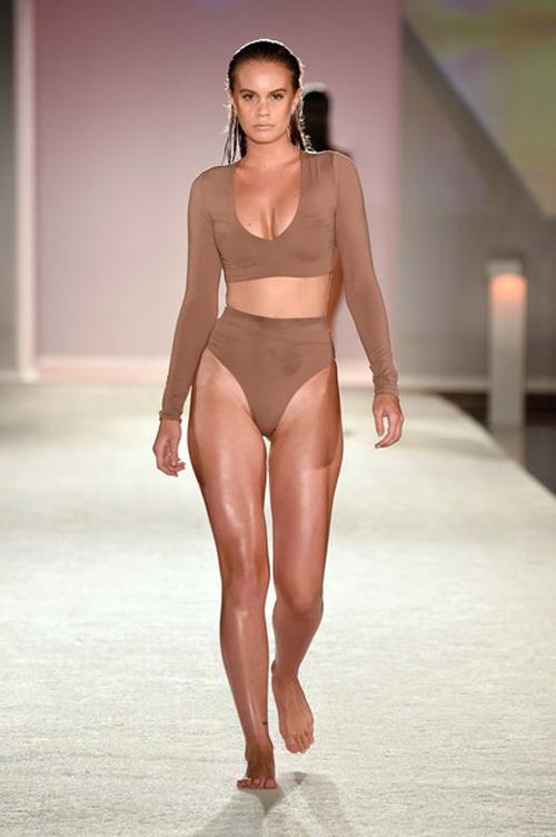 kha-my-van-trinh-dien-bikini-trong-show-thoi-trang-quoc-te-7