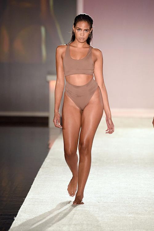 kha-my-van-trinh-dien-bikini-trong-show-thoi-trang-quoc-te-5