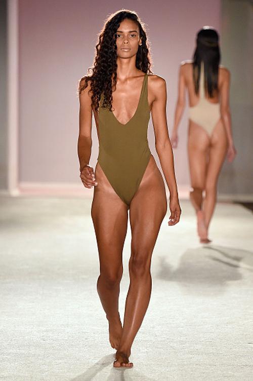 kha-my-van-trinh-dien-bikini-trong-show-thoi-trang-quoc-te-6