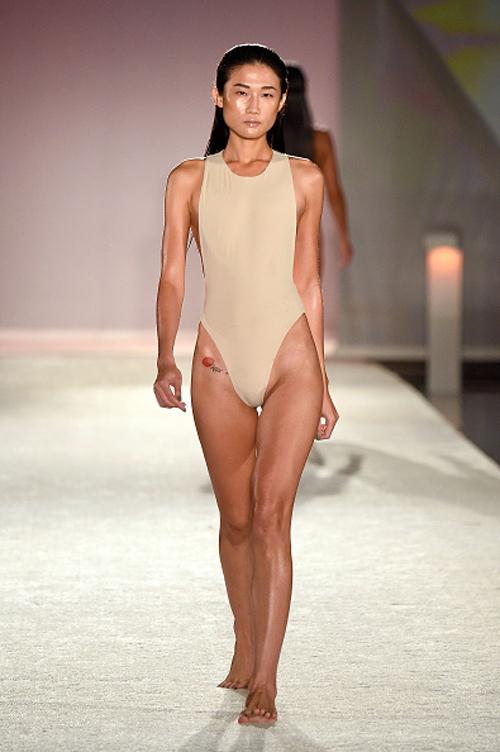 kha-my-van-trinh-dien-bikini-trong-show-thoi-trang-quoc-te