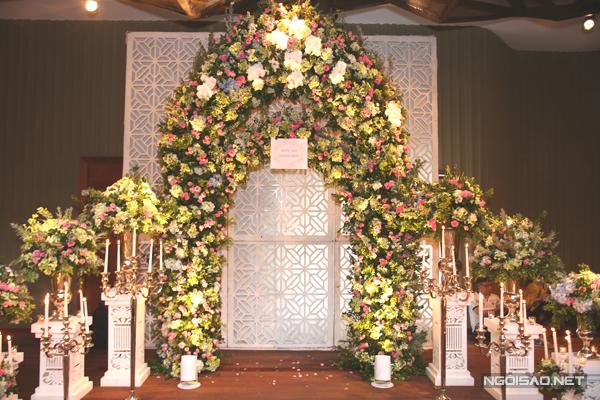 [Caption]Sau lễ đính hôn tại nhà riêng vào sáng 22/7, cặp đôi tổ chức tiệc mời tại một trung tâm hội nghị lớn ở TP HCM.