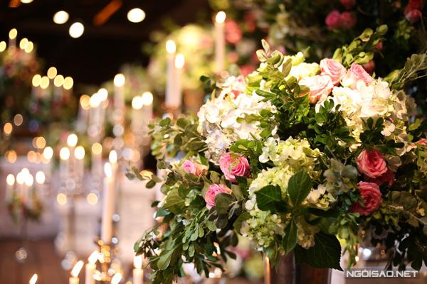 [Caption] Hoa hồng, loài hoa yêu thích của cô dâu cùng cẩm tú cầu, lan hồ điệp được cắm tinh tế ở khu vực đón khách.