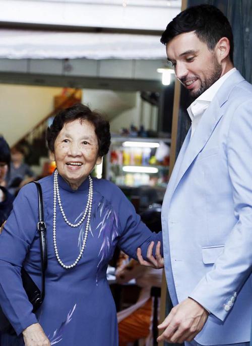 nguyên tổng biên tập báo PHụ Nữ Việt Nam, nhà văn, nhà báo Thanh Hương hết sức hạnh phúc khi chứng kiến sự thành công, trưởng thành và hạnh phúc của cô cháu gái đầu lòng của mình.