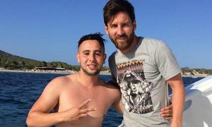 Fan Atletico bơi cả cây số ra du thuyền gặp Messi
