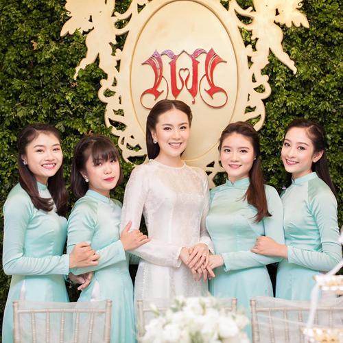 [Caption]Mai Ngọc là một trong những MC thời tiết được nhiều khán giả yêu mến của Đài Truyền hình Việt Nam. Cô từng gây ấn tượng mạnh khi tác nghiệp trong cơn bão Haiyan (8/2013) với bức ảnh được chia sẻ rộng rãi trên mạng. Trước đó, cô cũng được biết đến là hot girl thế hệ đầu của Hà thành.