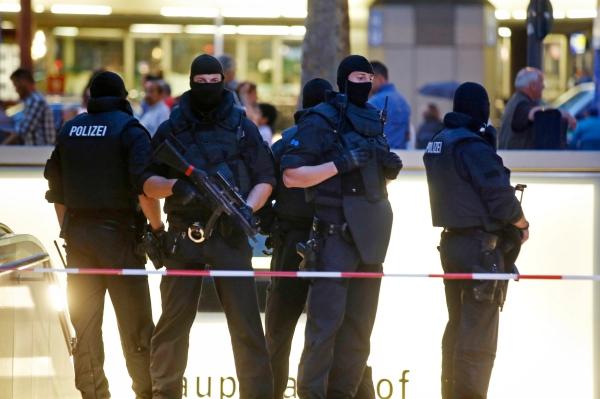 Lực lượng đặc nhiệm canh gác lối vào ga tàu chính sau vụ xả súng. Ảnh: Reuters