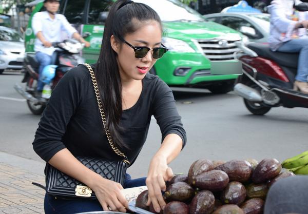 le-phuong-ham-ho-sa-vao-hang-trai-cay-via-he-2