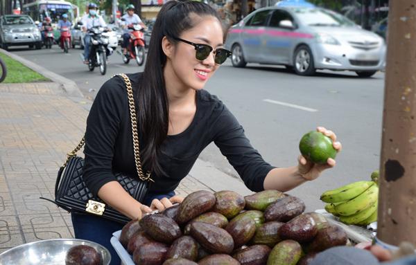 le-phuong-ham-ho-sa-vao-hang-trai-cay-via-he-3