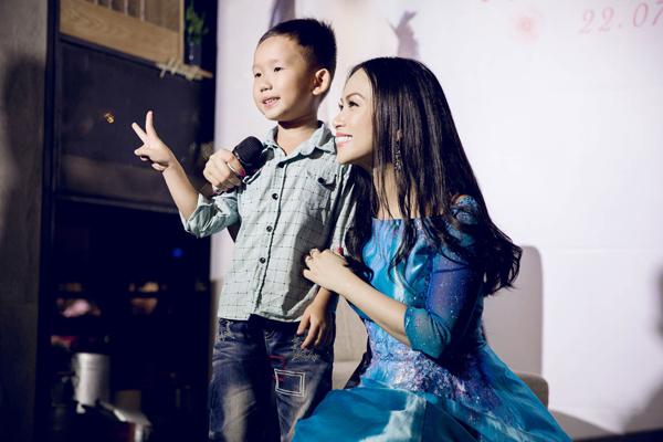 8. Hà Phương cho biết, cô rất yêu quý và đánh giá cao tài năng của cậu bé 6 tuổi. Cô càng hạnh phúc và tự hào hơn khi biết chuyện cậu bé thích nghe nhạc của mình từ khi mới 3,4 tuổi.