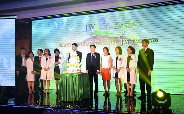 Tiến sĩ, bác sĩ Nguyễn Phan Tú Dung chụp hình lưu niệm cùng các khách mời trong chương trình