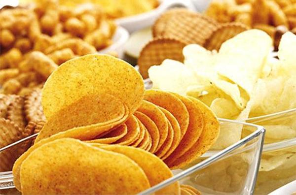 Các loại bim bim hay snack đều chứa một lượng lớn muối, gây ra tình trạng phù nề và mọc mụn.
