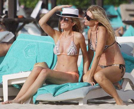 Mẹ vợ chàng kều khoe thân hình gọn gàng với vòng hai thon gọn khi mặc bikini năm 2014, khi bà 54 tuổi.