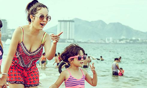Thúy Nga và con gái mặc bikini tắm biển