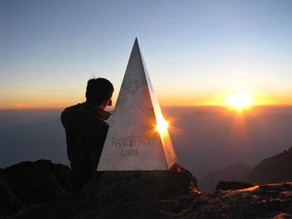 Fansipan là đỉnh núi cao nhất Việt Nam và Đông Dương, đồng thời được đa số dân phượt xem như mục tiêu trong những chuyến đi. Với độ cao 3.143 m, bạn có thể chinh phục ngọn núi bằng 3 đường khác nhau. Con đường dễ nhất là xuất phát từ Trạm Tôn đến đỉnh và trở về cũng bằng lối này. Thời gian chuyến đi kéo dài 2-3 ngày.  Cách thứ hai kéo dài khoảng 4 ngày với đoạn đường dài 19,5 km, bắt đầu từ sống lưng dãy Hoàng Liên. Cũng xuất phát từ Trạm Tôn, nhưng đường về lại theo thung lũng Mường Hoa, suối Cát Cát và đi dọc theo sườn đông của dãy Hoàng Liên. Đường thứ ba khó khăn hơn khi xuất phát từ Dốc Mít, Bình Lư đến đỉnh. Đây là hành trình rất nguy hiểm và chỉ dân leo núi chuyên nghiệp với đầy đủ trang thiết bị mới dám đi.