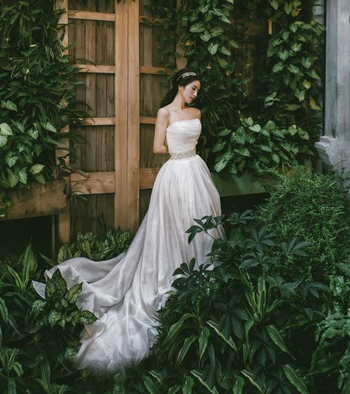 [Caption]Bên cạnh những bộ soiree đính ren và hoa lộng lẫy cầu kỳ với tùng váy xòe bồng thướt tha, mùa cưới 2017 sẽ là sự lên ngôi của váy cưới phong cách minimalism (tối giản).