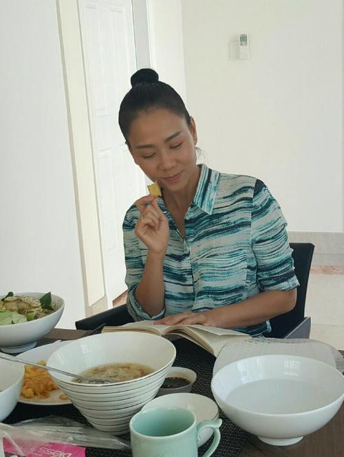 Ca sĩ Thu Minh ngồi nghiên cứu luật, cô cho biết đang nghiên cứu điều luật về tội Vu khống sau những ồn ào về việc trốn nợ,