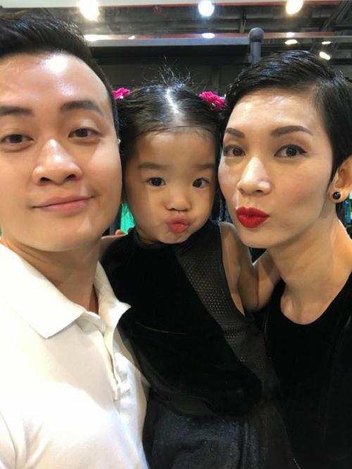 Hai mẹ con Xuân Lan chu mỏ chụp hình cùng Lương Mạnh Hải.