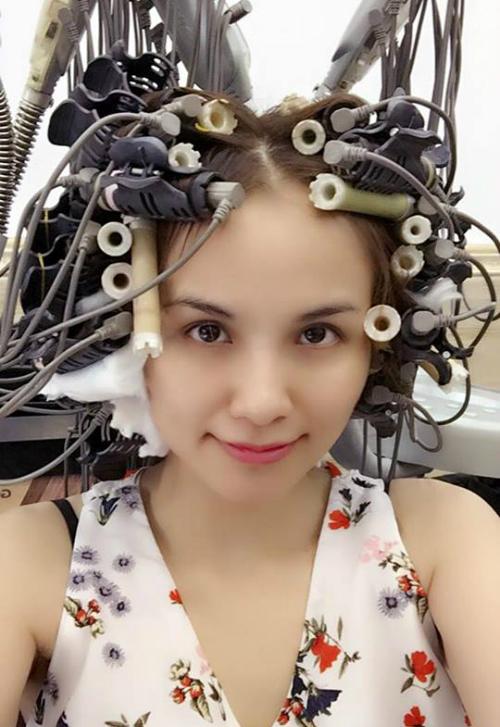 Diễm Hương đăng hình đi làm tóc xoăn cùng với tâm sự Phụ nữ làm đẹp để làm gì?.
