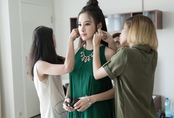 angela-phuong-trinh-duoc-cham-chut-dung-nhan-ky-luong