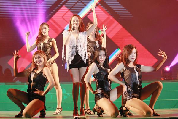 miu-le-huong-tram-bao-anh-do-ve-sexy-trong-dem-nhac-4