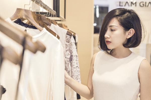 Ngoàimát tay kinh doanh, Trâm Nguyễn còn là một fashionista có tiếng ở các sự kiện thời trang trong và ngoài nước. Cô từng gây bất ngờ với giới mộ điệu khi rút hầu bao mua sắm nhiều trang phục của nhà thiết kế Việt ngay khi vừa rời khỏi sàn catwalk.
