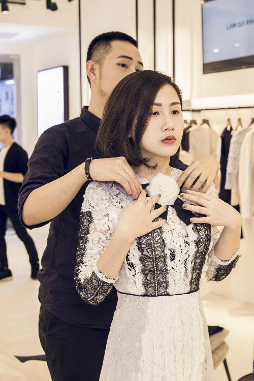 trước show diễn, Trâm Nguyễn đã đến showroom của nhà thiết kếđể chọn trang phục.
