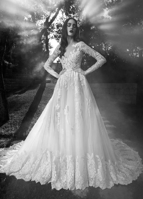 [Caption].Thiết kế váy voan đáp ren vô cùng tinh xảo, với những khoảng hở mang đến vẻ quyến rũ rất kín đáo.
