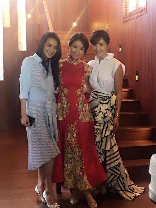 [Caption]Trước đó, sáng 31/7, Lâm Tâm Như diện trang phục truyền thống màu đỏ trong lễ đón dâu.
