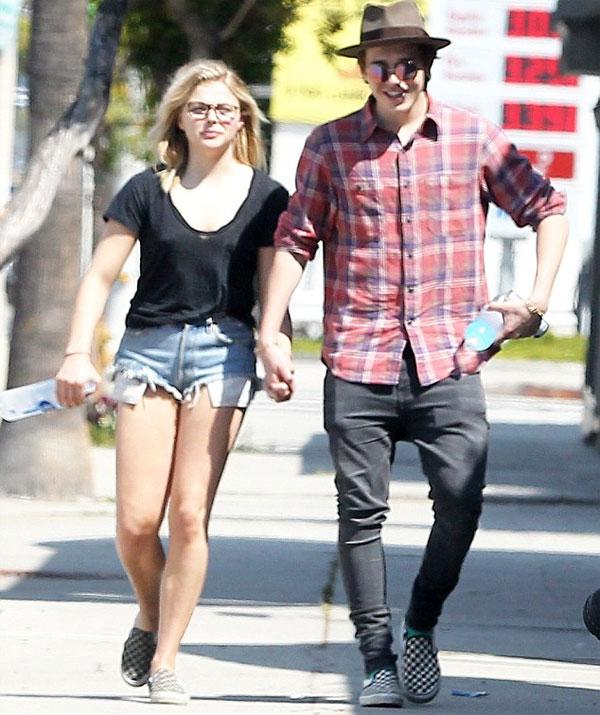 Brooklyn và bạn gái không ngại ngần công khai tình yêu với cả thế giới. Ảnh: Fame.