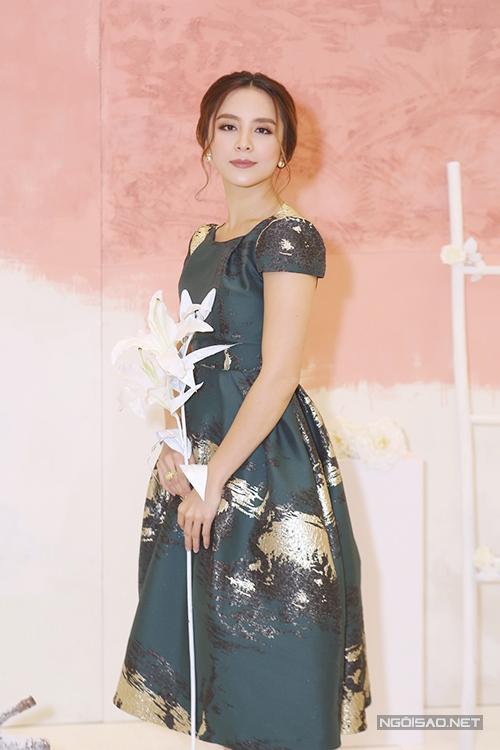 Á hậu Thiên Lý khoe vẻ đẹp đài các trong thiết kế của Phương My.