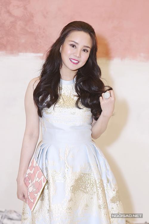 Ca sĩ Vy Oanh cũng xinh xắn không kém khi diện một mẫu váy xoè theo phong cách cổ điển.
