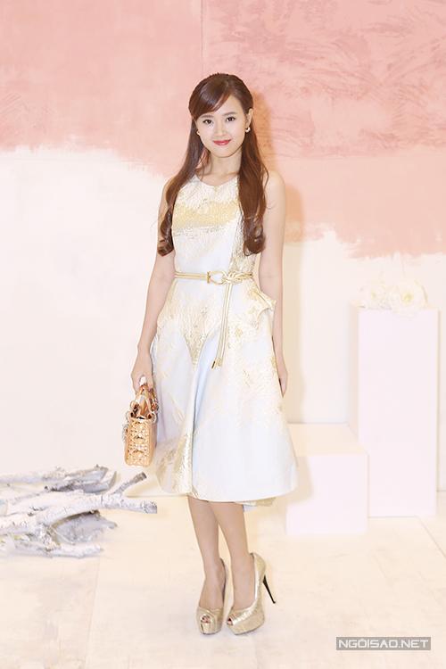 Mẫu đầm tạo khôi tinh tế với hoạ tiết những con sóng trên chất liệu ánh kim được phối cùng túi Dior và giày cao gót tiệp màu.