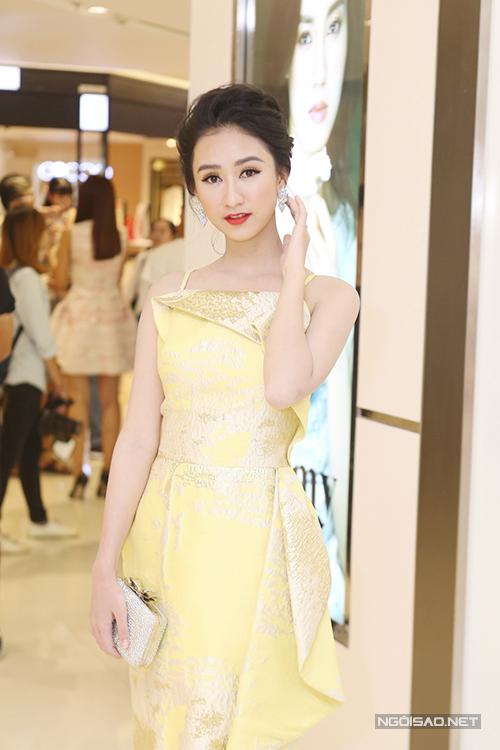 Hà Thu chọn váy vàng trang trí ánh kim để giúp mình nổi bật tại sự kiện.