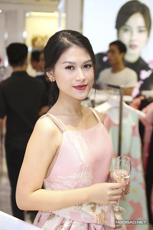 Diễn viên Ngọc Thanh Tâm duyên dáng cùng đầm hai dây.