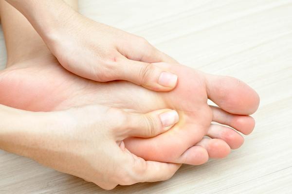 Chỉ cần dành 5 phút trước khi đi ngủ để massage chân, sau một tuần thực hiện đều đặn, bạn sẽ thấy được tác dụng thần kỳ của liệu pháp này.
