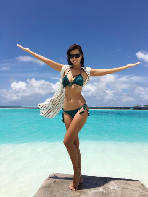 Hà Anh khoe vóc dáng đang mơ ước ở Maldives trong kỳ trăng mặt ngọt ngào: Bị chê không biết dùng Apps chụp cho ảo diệu. Nhưng mà biển xanh ngắt thế này còn cần phải làm gì nữa