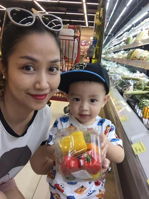 Hai mẹ con Ốc Thanh Vân tung thăng đi siêu thị.