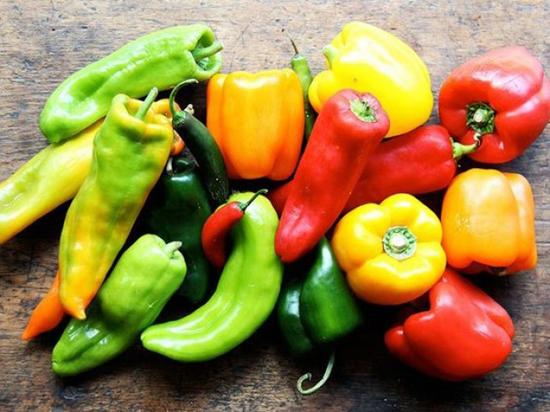 Những loại quả không được đặt trong tủ lạnh Ớt chuông, dưa chuột, cà chua và cần được bảo quản ở nhiệt độ phòng. Peppers mất tính nhất quán hồi nếu bị giữ trong tủ lạnh, trong khi dưa chuột và cà chua có thể biến nhớt. Trái cây và rau quả không nên bảo quản trong tủ lạnh cho đến khi họ đã chín. Nếu không, họ sẽ đi thối nhanh hơn.