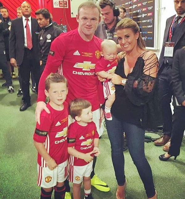 Vợ chồng Rooney và các con trong trận đấu kỷ niệm trên sân Old Trafford hôm 3/8.