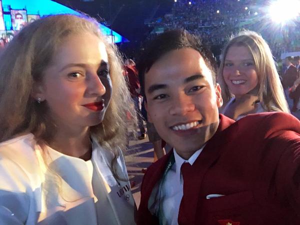 hot-boy-thanh-ngung-tiu-tit-selfie-voi-cac-nguoi-dep-3