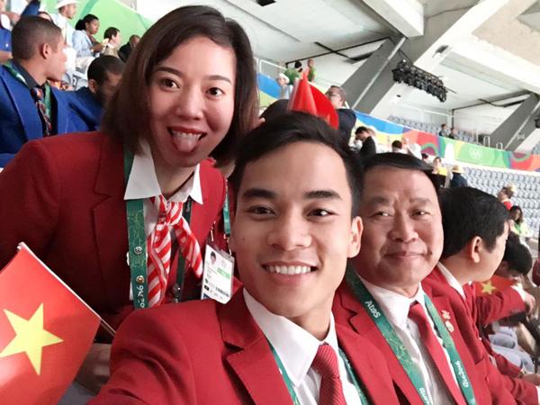 hot-boy-thanh-ngung-tiu-tit-selfie-voi-cac-nguoi-dep-7