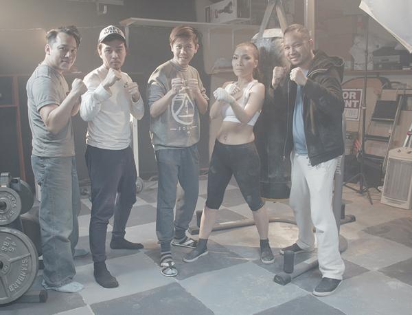 chong-hong-ngoc-bat-ngo-dong-mv-cung-vo-11