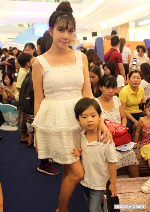 Minh Hà tái xuất chỉ sau nửa tháng sinh con với vóc dáng thon gọn đáng ngưỡng mộ.